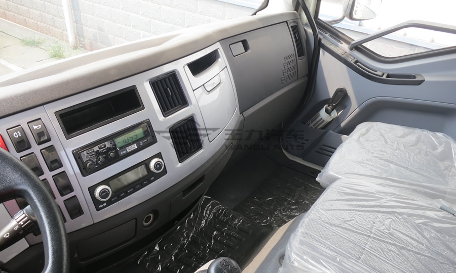 解放j6延续j6产品的1mm全钢板驾驶室,降低仪表台高度,加大后窗,进一步